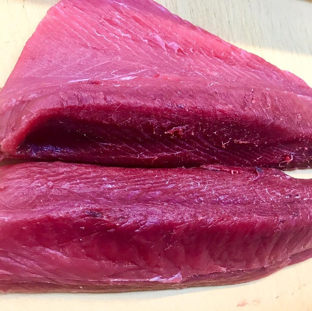 九州長崎産の天然「スマカツオ ヤイト」5㌔入荷しました♬鮮度抜群♬色合いも脂のノリもパーフェクトです!カツオがお好きなお客様は是非ご賞味くださいませ。